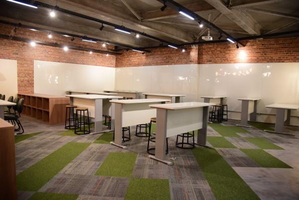 Espaço colaboração mesas e lousas